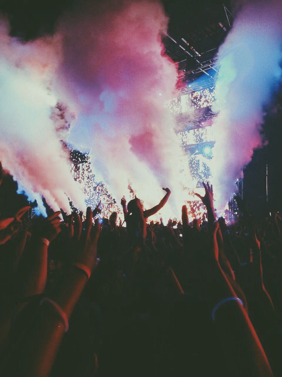 background, beautiful, blue, boys, concert, cool, dark, evening, girls, humans, like, mans, nice, night, party, people, photo, pink, smoke, summer, sweet, tu, violet, розовый, мило, дым, голубой, синий, ночь, women's, фиолетовый, фон, темно